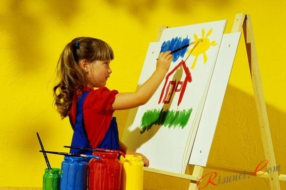 девочка рисует картину