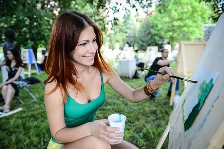 девушка рисует на природе