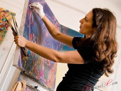 художница рисует картину