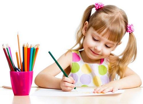 ребенок занят рисованием