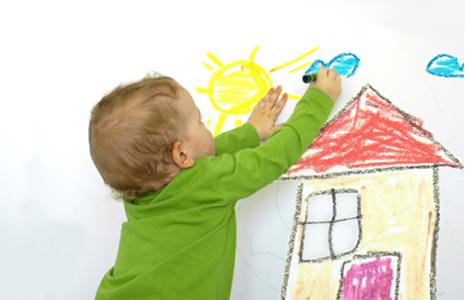 мальчик рисует облака