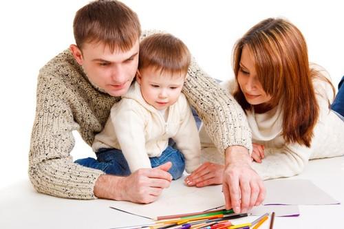 родители учат ребенка рисовать